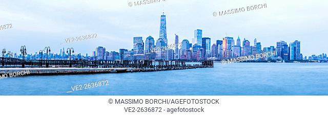 USA, New Jersey, Jersey City. View of Manhattan with the One World Trade Center from Jersey City