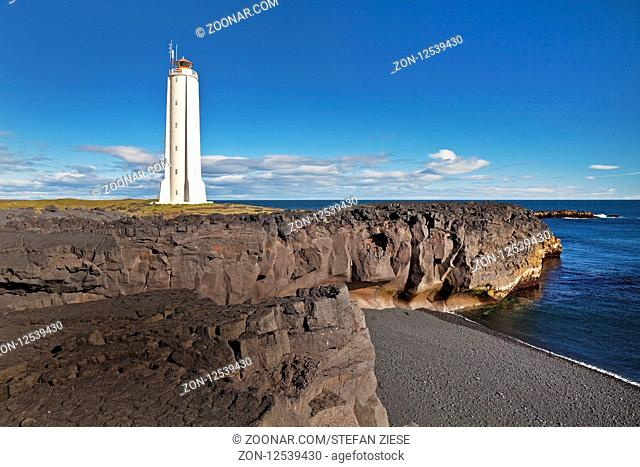 Kuestenlandschaft mit dem Leuchtturm von Malarrif, Snæfellsjoekull-Nationalpark, Halbinsel Snæfellsnes, Westisland, Vesturland, Island, Europa