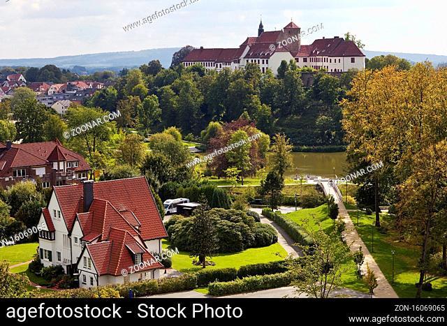 Schloss Iburg thront ueber der Stadt, Bad Iburg, Muensterland, Niedersachsen, Deutschland, Europa