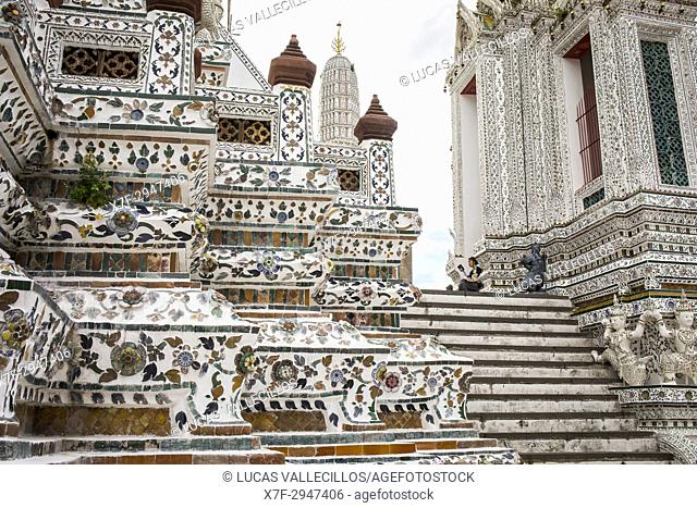 Woman, tourist, Wat Arun (Temple of Dawn), Bangkok, Thailand