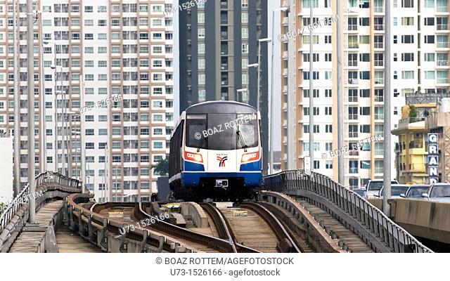 BTS Skytrain approaching Saphan Taksin station