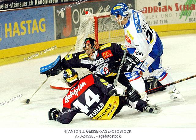 Swiss Ice Hockey, SC Rapperswil-Jona vs. ZSC-Lions. Goalkeeper Thomas Berger, Michel Zeiter (left) and Chris Tancill (right)