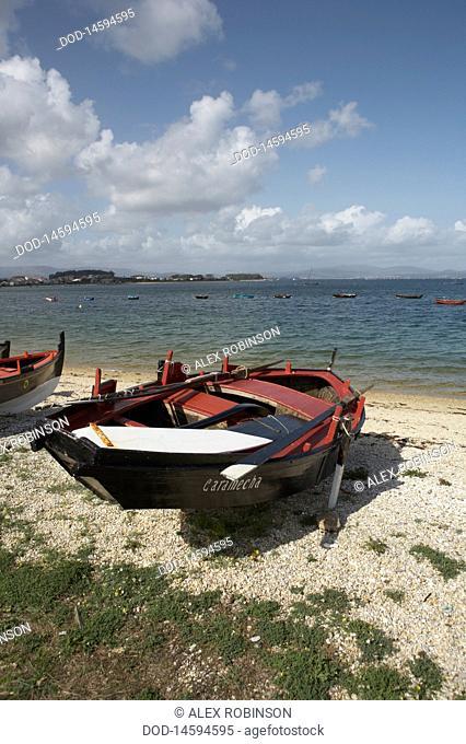 Spain, Galicia, Rias Baixas, Illa de Arousa, Boat at beach
