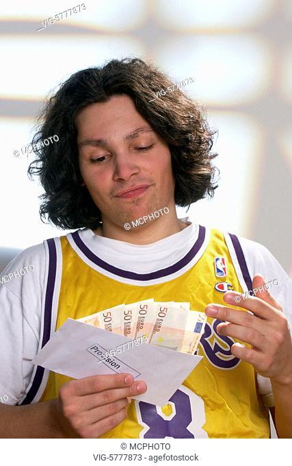 Junger Mann mit einem Umschlag mit einer Provision, 2004 - Germany, 19/05/2004