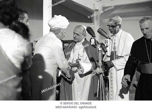 Pope Paul VI is received by the President of India, Radhakrishnan. Pope Paul VI, accompanied by the Archbishop of Bombay, Cardinal Valerian Gracias