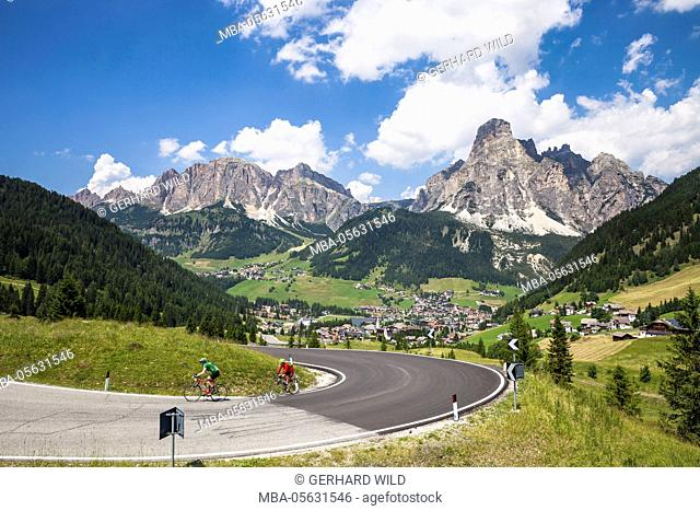 Cyclists, Corvara, the Sas Ciampac and the Sassongher behind, the Dolomites, South Tyrol, Italy, Europe