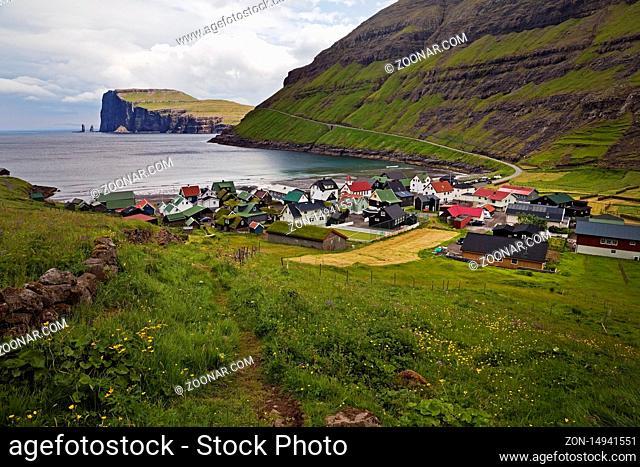Der kleine Ort Tjørnuvik mit Blick auf den Atlantik, Streymoy, Faeroeer, Føroyar, Daenemark, Europa