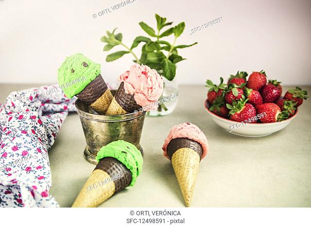 Peppermint ice creams with chocolate chips