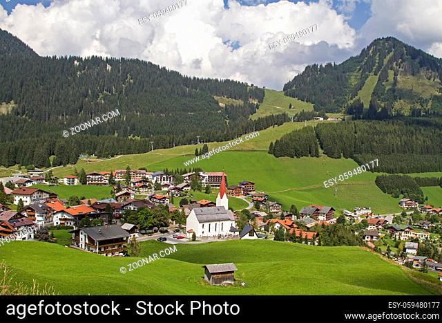 Blick vom höchsten Punkt des Hochbichls auf das idyllische Dorf Berwang im gleichnamigen Tal