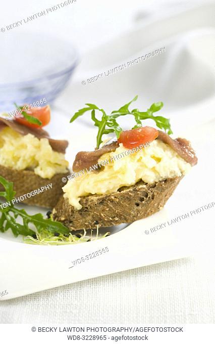 Montaditos de patatas y anchoas con mayonesa