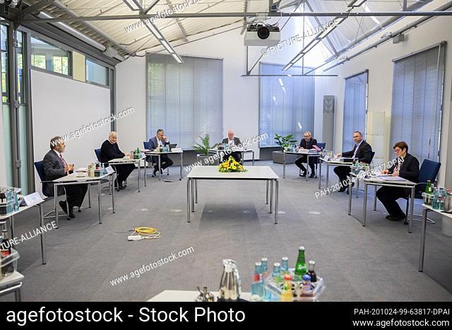 24 October 2020, Brandenburg, Potsdam: Ulrich Mädge (SPD, l-r), Lord Mayor of the City of Lüneburg and President of the Association of Municipal Employers'...