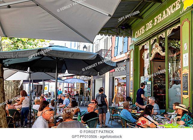 CAFE DE FRANCE, PLACE DE LA LIBERTE, ISLE-SUR-LA-SORGUE, VAUCLUSE, LUBERON, FRANCE