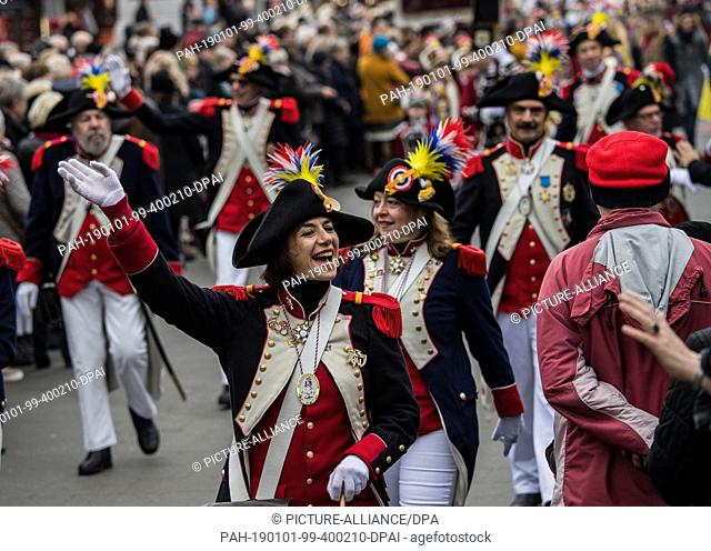 """01 January 2019, Rhineland-Palatinate, Mainz: A guard of the """"""""Dalles Ehrengarde Budenheim"""""""" greets the audience with a happy new year"""
