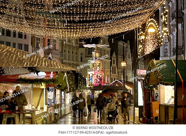 View of the Christmas market with visitors after its opening in Rostock, Germany, 27 November 2017. About 1.5 million visitors are expected for the largest...