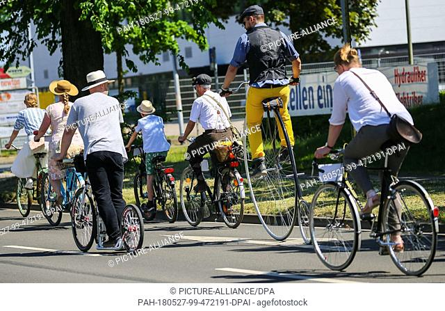 27 May 2018, Germany, Oldenburg: People dressed in tweed outfits in the style of the 1920s, 30s and 40s participate in the 8th Oldenburger Tweed Run