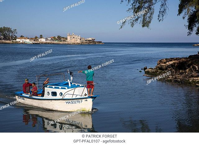FISHING BOAT RETURNING TO THE PORT IN FRONT OF THE FORT OF COJIMAR, SMALL FISHING VILLAGE TO THE EAST OF HAVANA FROM WHERE ERNEST HEMINGWAY LIKED TO LEAVE TO GO...