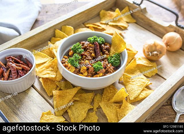 Chilli con carne with nachos