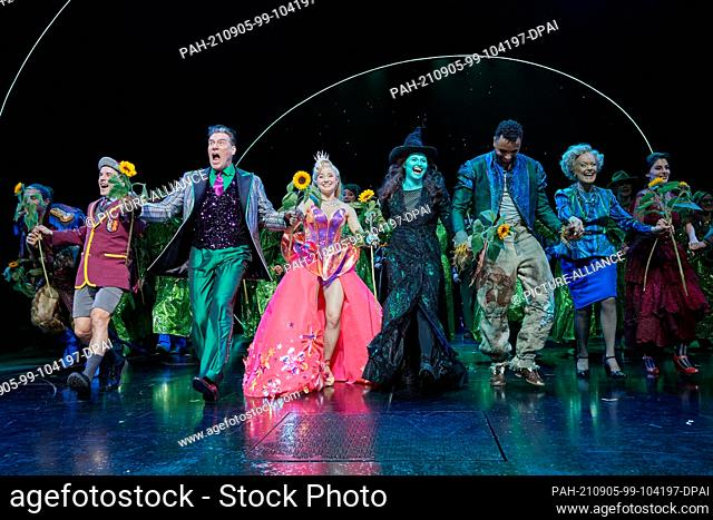 05 September 2021, Hamburg: The musical actors Andreas Lichtenberger (3rd from left) as the Wizard of Oz, the two witches Jeannine Wacker (4th from left) as...