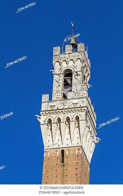 Der 102 Meter hohe Turm des Palazzo Pubblicos P) wurde zwischen 1325 und 1344 errichtet Palazzo Pubblico mit Torre del Mangia auf dem berühmten Piazza del Campo