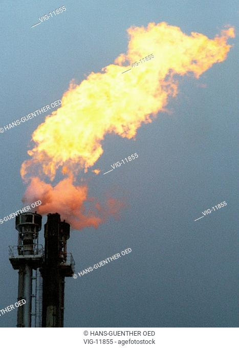 Natural gas of an oil refinery is being burnt off. - WESSELING, GERMANY, 31/01/2001