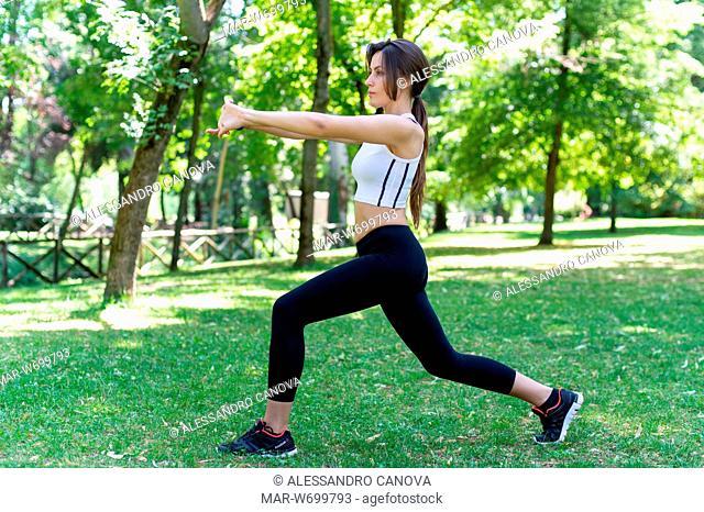 Ragazza che fà ginnastica in un parco pubblico