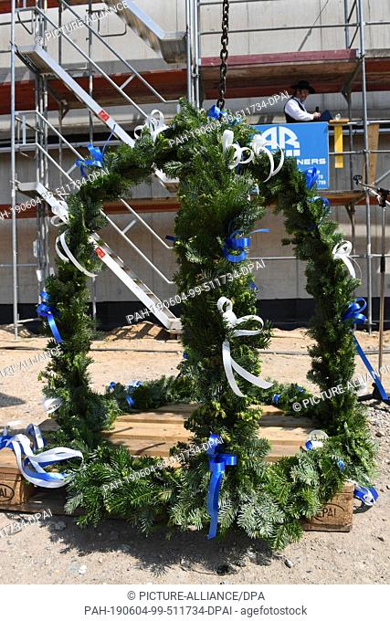 04 June 2019, Mecklenburg-Western Pomerania, Greifswald: During the construction of the city archive in Greifswald, the topping-out ceremony is celebrated with...