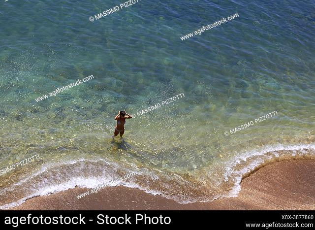 Vista elevada de la playa dorada de Paliochori, Milos, Grecia
