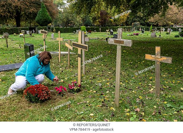 Brussels - 29 october 2016 On the all saint's day people go to meditate on the family grave in the cemetary. A la Toussaint les gens vont se recueillir et...