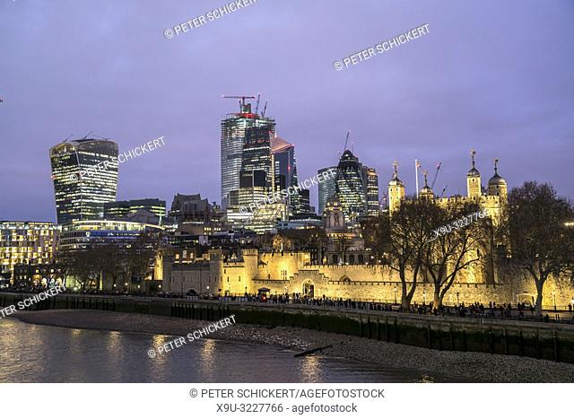 Tower of London und Skyline in der Abenddämmerung, Vereinigtes Königreich Großbritannien, Europa | Tower of London and skyline at dusk, London