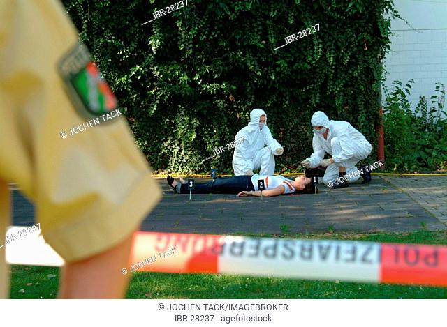 DEU, Germany, NRW: Forensic detectiv search a crime scene. The officers look for every little detail which can link to the murderer