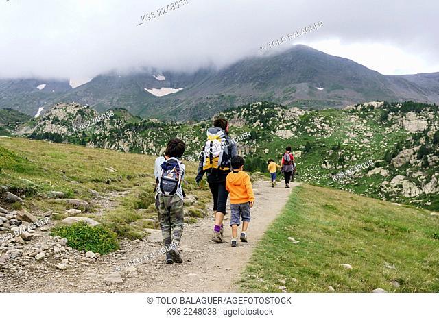 escursionistas en la vuelta de los lagos inferiores del Carlit, pirineos catalanes, comarca de Capcir, Francia