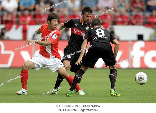 Mainz's Joo-Ho Park (L) vies for the ball with Stuttgart's Martin Harnik (M) and Moritz Leitner during the Bundesliga soccer match between 1