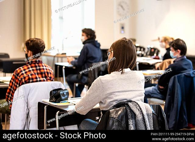 11 November 2020, Bavaria, Munich: Pupils take part in Latin lessons in the eleventh grade at the Wilhelmsgymnasium with mouth and nose protection
