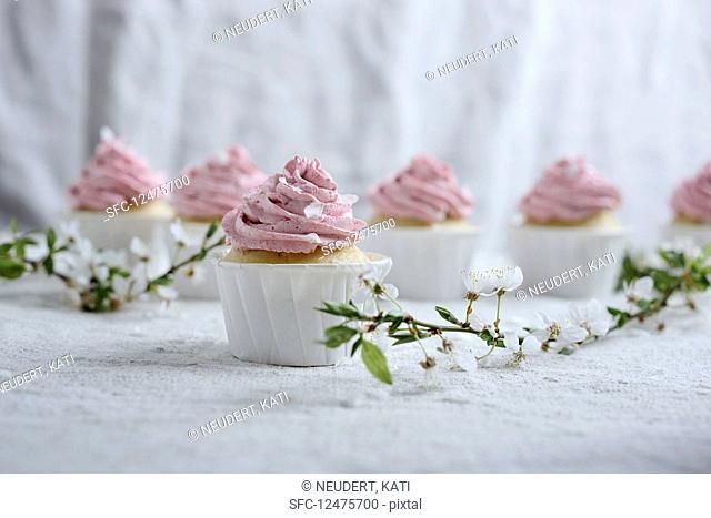 Vegan vanilla and semolina cupcakes with raspberrYes frosting