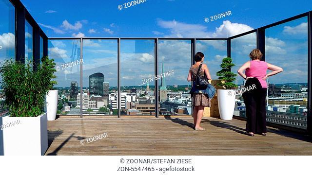 Die Aussenterrasse des Dortmunder U, von der aus die Gaeste der Gastronomie das Panorama Dortmunds mit dem RWE Hochhaus, der Reinoldikirche und der Petrikirche...