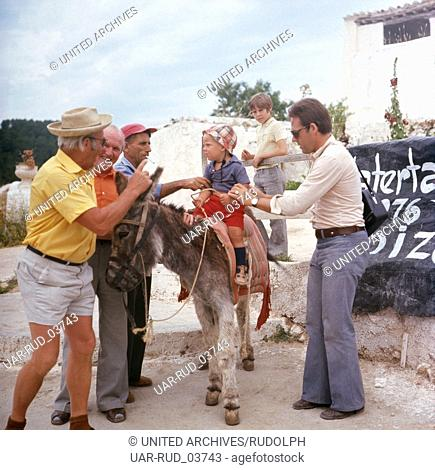 Ein kleiner Junge beim Eselreiten am Strand Las Salinas auf Ibiza, Ibiza 1976. A little boy riding a donkey at the beach Las Salinas on the island of Ibiza