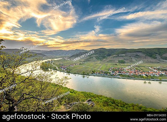 Mautern an der Donau, Bergern im Dunkelsteinerwald, Krems, Wachau, Lower Austria, Austria, Europe. View from the Ferdinandswarte into the Danube valley with the...
