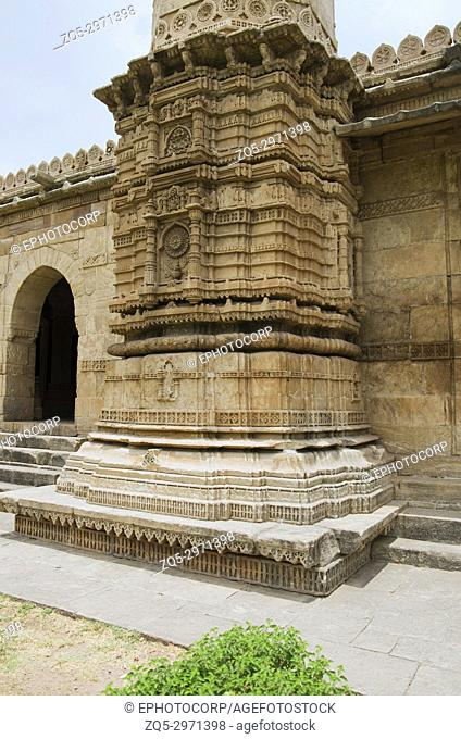Carved pillar of Sahar ki masjid. UNESCO protected Champaner - Pavagadh Archaeological Park, Gujarat, India. Large and imposing