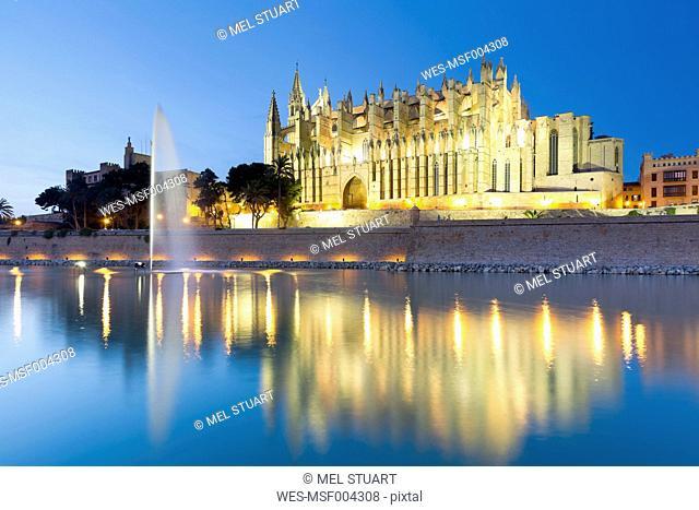 Spain, Balearic Islands, Mallorca, Palma de Mallorca, La Seu Cathedral in the evening light