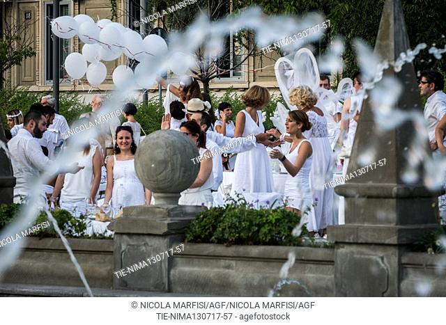 Hundreds of 'invitations' to the white dinner at Citylife, in Giulio Cesare square. At the heart of the convivial evening