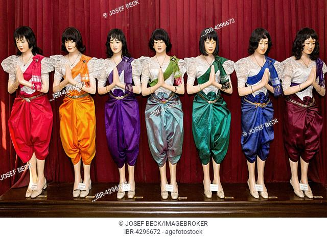 Clothing of the court and royal family, red for Sunday, orange Monday, violet Tuesday, Wednesday lime green, green Thursday, Friday blue and Saturday purple
