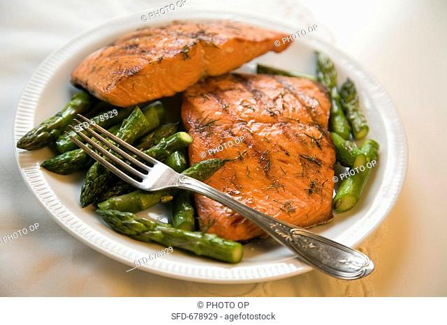 Grilled Salmon with Asparagus and Dill