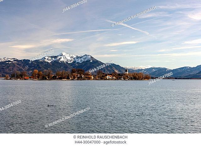 Vom See aus gesehen liegt die Insel direkt unter den Chiemgauer Alpen, Hochgern und Hochfelln