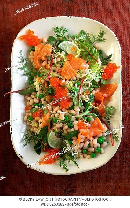 ensalada de judias con salmon y huevas de salmon