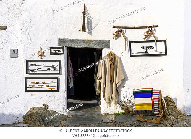 Traditional local handicraft shop in Monsaraz village, Reguengos de Monsaraz Municipality, Evora District, Alentejo Region, Portugal, Europe