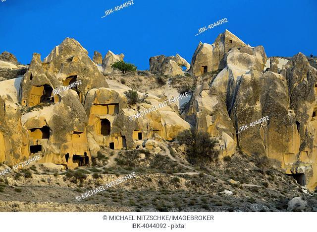 Cave dwellings, tufa formations, Goreme National Park, Göreme, Nevsehir Province, Cappadocia, Turkey