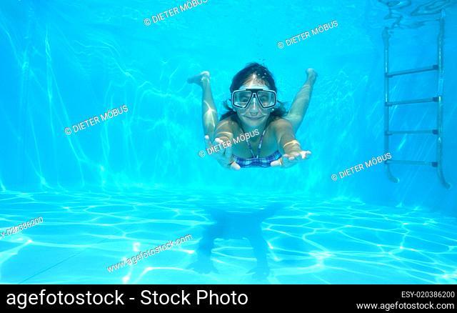 Mädchen schwimmt im Pool