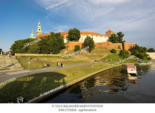 barcazas en el rio Vistula, castillo y colina de Wawel, Cracovia , voivodato de Pequeña Polonia,Polonia, eastern europe