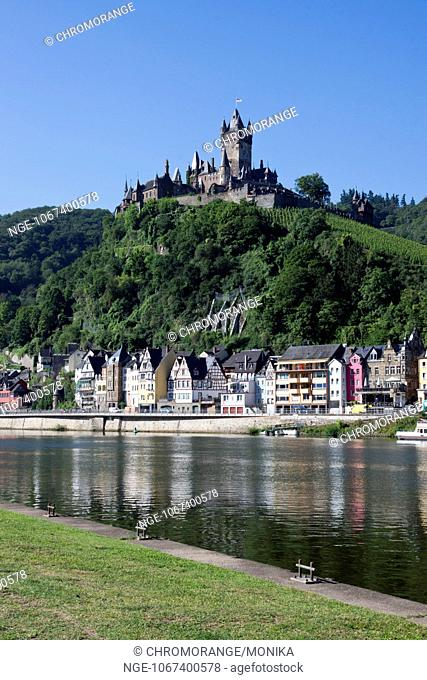 View of the Moselle river and Cochem, in the background the Cochem Imperial Castle in the morning light, Cochem, Moselle, district Cochem Zell