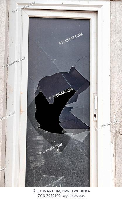 Eine zerbrochene Fensterscheibe auf einer Terrassentür